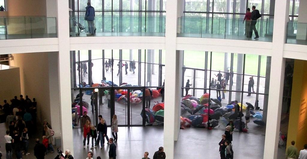 Regenschirme in der Pinakothek der Moderne in München