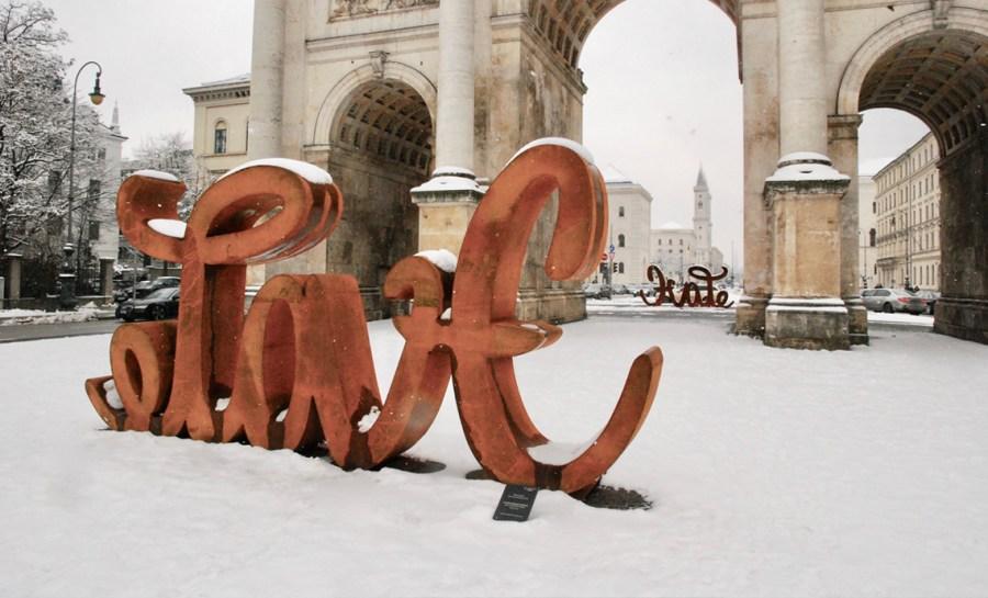 Foto: Daniela Schnitzer Love Hate Ambigramm-Skulptur der Künstlerin Mia Florentine Weiss