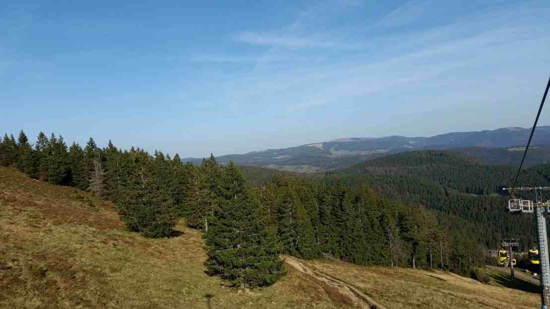 Aussicht vom Aufstieg auf den Belchen am linken Bildrand ist die Seilbahn zu sehen
