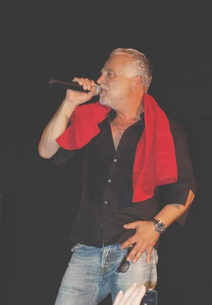 Nino de Angelo in Bretten er trägt ein schwarzes Hemd und um den Hals ein rotes Handtuch
