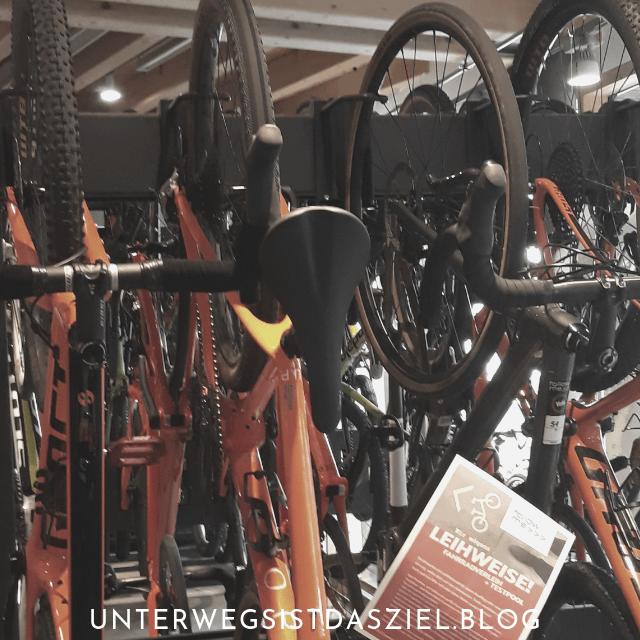 Im Laden gibt es noch mehr Leihräder, Rennräder, MTBs, E-Bikes usw.