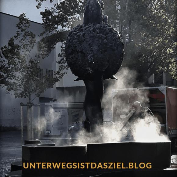 """Ein Brunnenputzer reinigt den Brunnen """"Lebensbaum""""auf dem Marktplatz Lörrach"""
