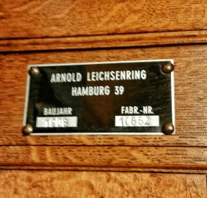 Das Typenschild im Aufzug verrät das es wirklich noch der erste in diesem Gebäude ist.