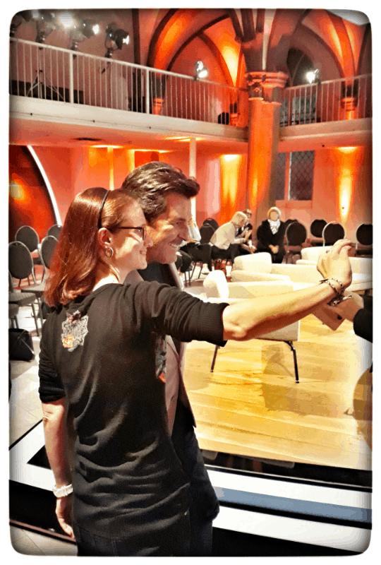 Ein Fan mach ein Selfie mit Thomas Anders im Studio von Talk am See