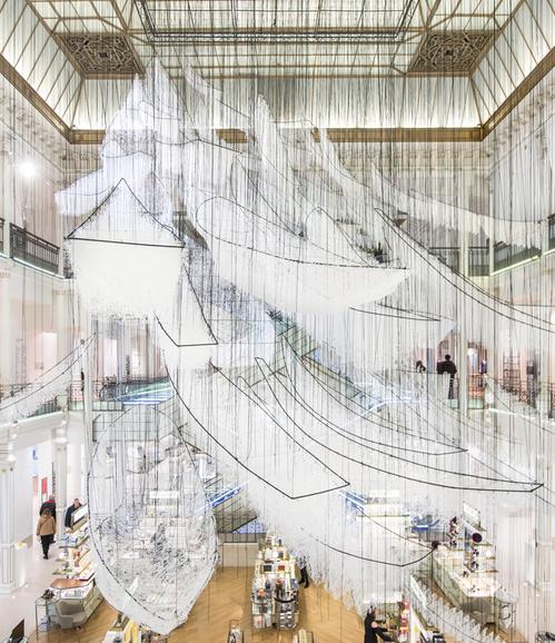 Chiharu Shiota, installation au Bon Marché, 2017, Crédit photo - Gabriel de la Chapelle
