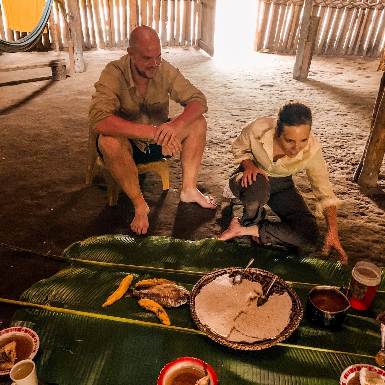 Mascha und Alex beim Essen in der Maloca