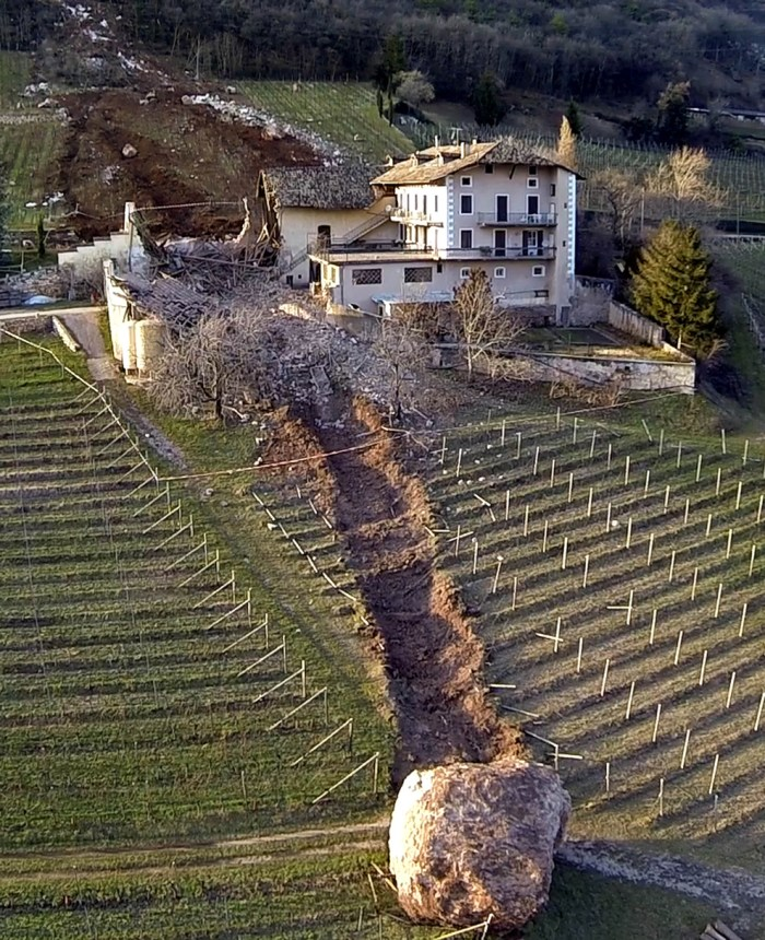 Giant-Boulder-Italy-farmhouse1