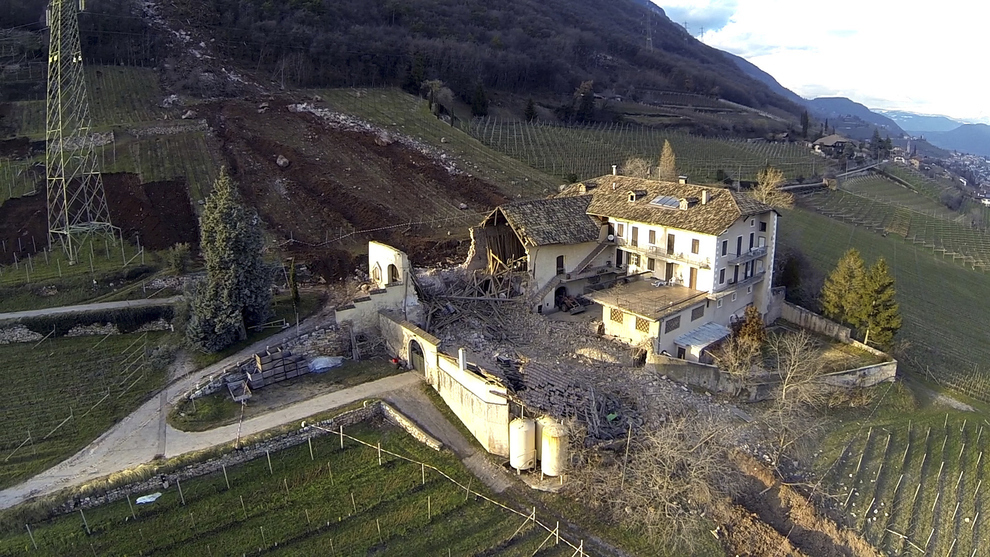 Giant-Boulder-Italy-farmhouse3