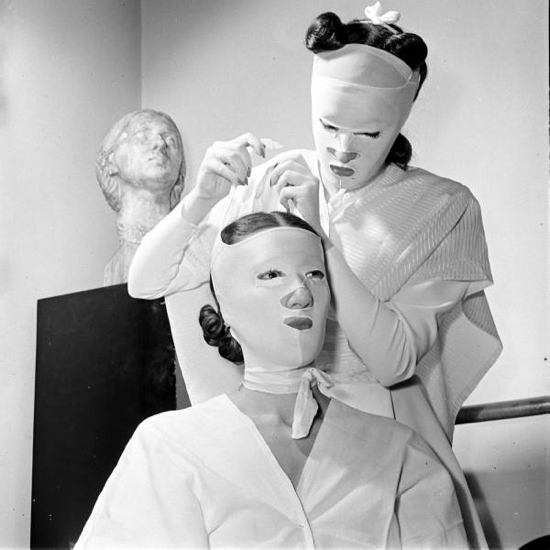 Beauty treatments at the Helena Rubinstein's salon. 1940s.