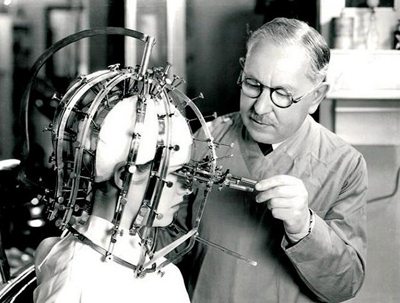 Device that helps to correct the application of make-up, invention of Max Factor, 1930.