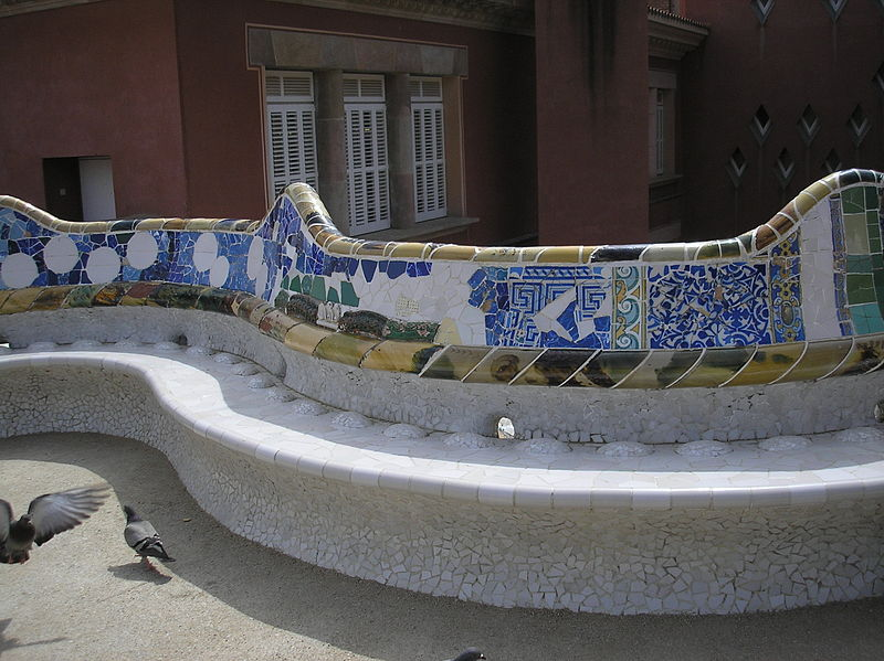 The unique shape of the serpentine bench enables the people sitting on it to converse privately, although the square is large. The bench is tiled and in order to dry up quickly after it rains, and to stop people from sitting in the wet part of the bench, small bumps were installed by Gaudí.