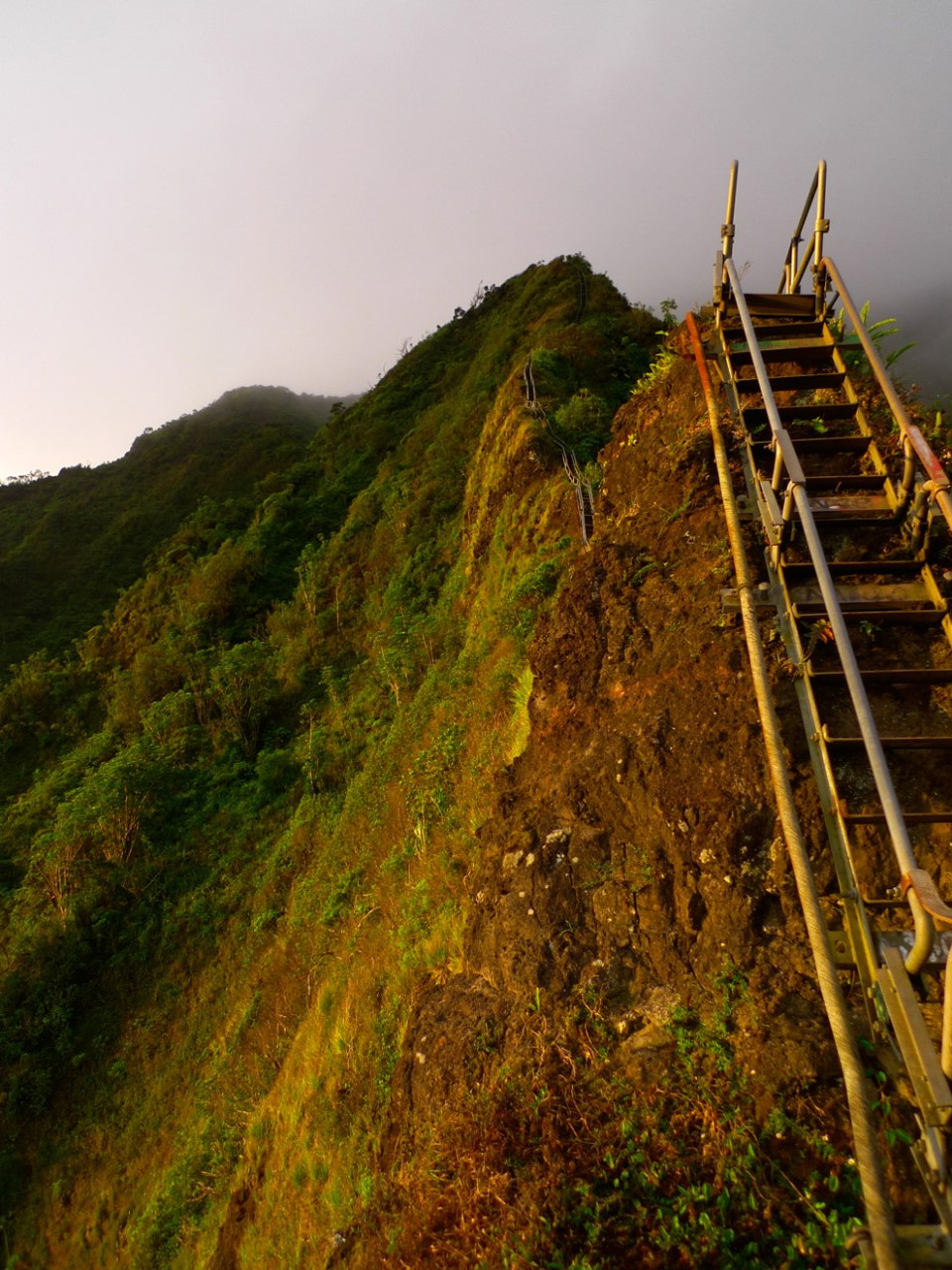 You can see drop offs here on the ridge. Image credit: unrealhawaii.com