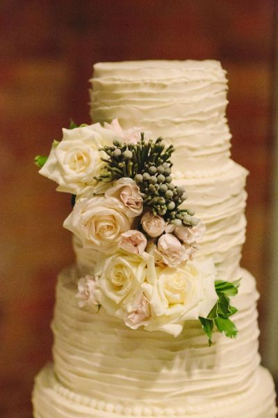 plain ruffled cake with roses