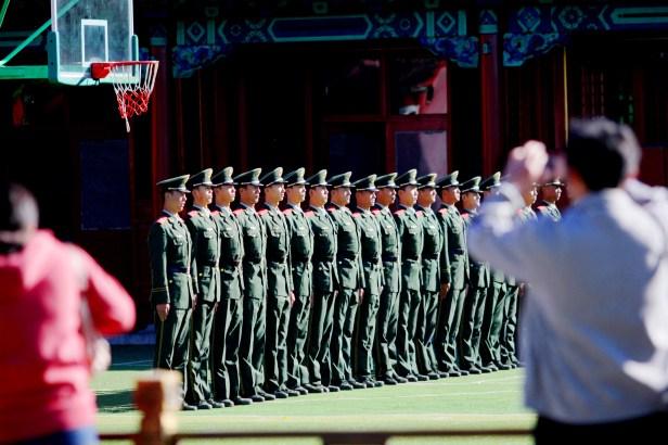 Guardie Cinesi saluto alla bandiera