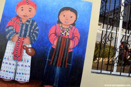 Arte en San Juan de la Laguna con la ropa tradicional Maya