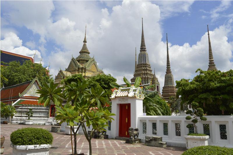 Estupas del templo del Buda reclinado, Bangkok, Tailandia.