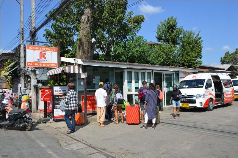 Estación de bus y minivan de Pai, Tailandia.