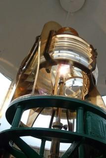 Lanterna accesa. La rotazione gli è data dal meccanismo che un tempo era azionato da un peso motore, ormai elettrico (Photo credit: Grace Macrì)