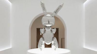 """Il """"Rabbit"""" dello statunitense Jeff Koons, riproduzione in acciaio di un coniglio gonfiabile, è stato battuto all'asta da Christie's a New York per 91,1 milioni di dollari."""