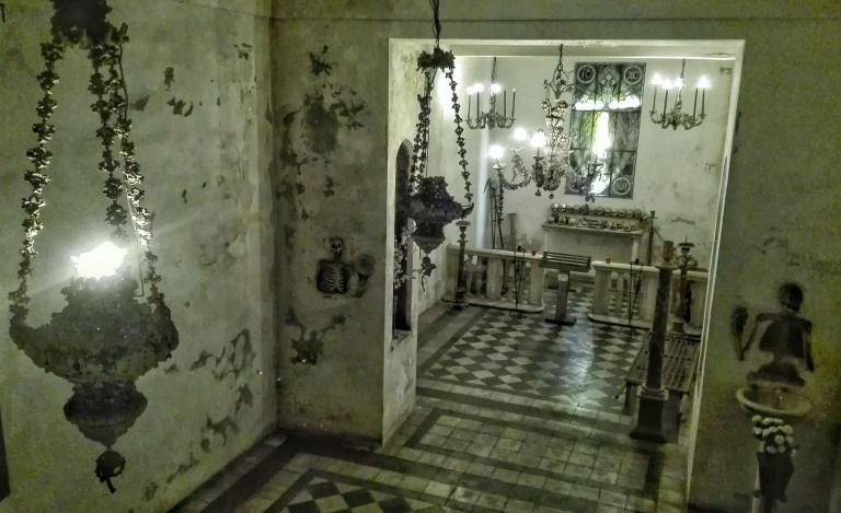 Chiesa della morte, ossario, ossa, lampadari - Foto del Fondo Ambiente Italiano