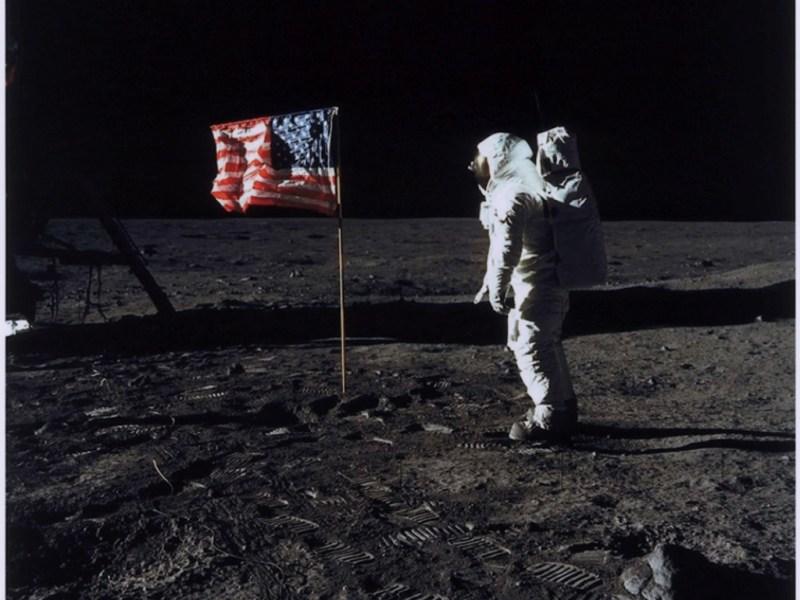 La vera storia dello scatto di Neil Armstrong a Buzz Aldrin