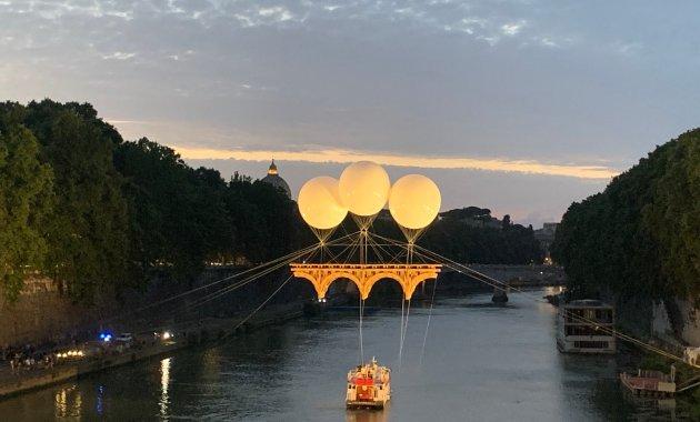 Il ponte volante di Michelangelo è realtà: sul Tevere l'installazione di Olivier Grossetête