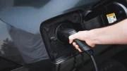 Voitures électriques : le nombre de borne de recharge augmente trop peu