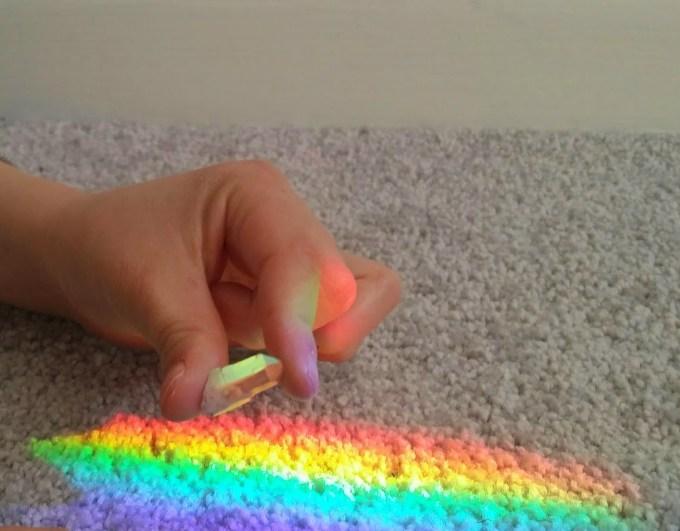 Essa mãozinha linda é do Tiago. Achamos um arco-íris no corredor e ficamos brincando com o cristal.