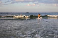 Eu pegando jacaré, acompanhada do Diego, do Tiago e do Igor. Pegar onda em Byron Bay com o sol se pondo no mar é de enlouquecer.