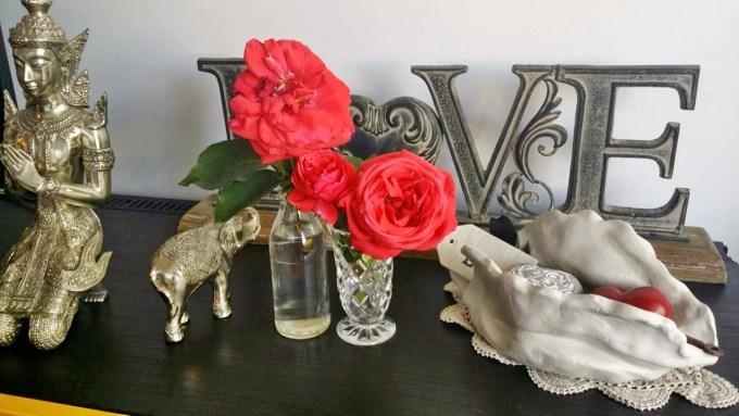 """Eu sou apaixonada por rosas desde que me entendo por gente. Amo o perfume, a textura das pétalas, o formato da flor. Essas da foto me foram presenteadas pela Alison, que as colheu do seu jardim. Eu jamais vou esquecer o perfume dessas rosas, o mais maravilhoso que já experimentei. Junto com as rosas, a Alison me deu um cartão com os seguintes dizeres de autoria de Ann Ree Colton: """"A rosa é a mais pura das flores. Graças à sua pureza, protege e santifica o ambiente, já que energias negativas não chegam perto das rosas. (...) As flores são o vestido de noiva da natureza: onde há flores, há um casamento entre a alma dos homens e os anjos. Flores de pétalas aveludadas são influenciadas por Vênus e conduzem emoções e amor. Aquele que se sente atraído pela beleza das flores, é nutrido de compaixão, ternura e reverência; chega mais perto do reino angelical e sua alma e mente são enobrecidos."""" Just loved it!"""
