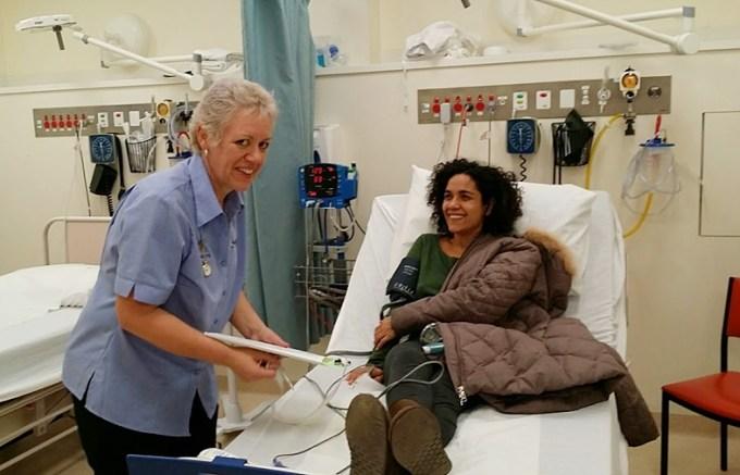 Há cerca de 2 meses Diego tocou no fesival de jazz de Castlemaine, perto de Melbourne. Tive uma crise de asma no meio da madrugada e fui parar no hospital porque deixei minha bombinha em casa. Fui atendida super bem, ganhei uma bombinha de presente, fiquei lá uns 30 minutos até a enfermeira ter certeza que minha capacidade respiratória já havia voltado ao normal, e não precisei pagar nenhum centavo. Na semana seguinte, recebi uma ligação da secretária do meu médico dizendo que ele queria me ver pois o hospital de Castlemaine o havia contactado dizendo que eu tinha tido uma crise de asma. Atendimento de primeiro mundo, não? E a lição foi: jamais sair de casa sem a bombinha, pois asma é coisa séria.