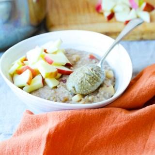 Apple Cinnamon Steel Cut Oatmeal Recipe// Perfect Cozy Vegan Breakfast