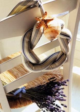Un detalle de una cinta entrenzada con un aplique como una estrella de mar o un caracol –en el que se coloca el nombre de cada invitado–, dará a sus sillas un aspecto diferente y muy playero.