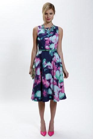Kate Spade Deborah Lloyd, directora creativa de Kate Spade, ha estado soñando con California, específicamente con Hollywood y Palm Springs, sitios que inspiraron la colección. Se tradujo en brocados estilos clásicos, jacquards y brillantes telas de gasa, todo mezclado hasta formar prendas típicas de Spade como faldas globo, tops tipo túnica y un coqueto vestido con un colorido estampado floral abstracto.