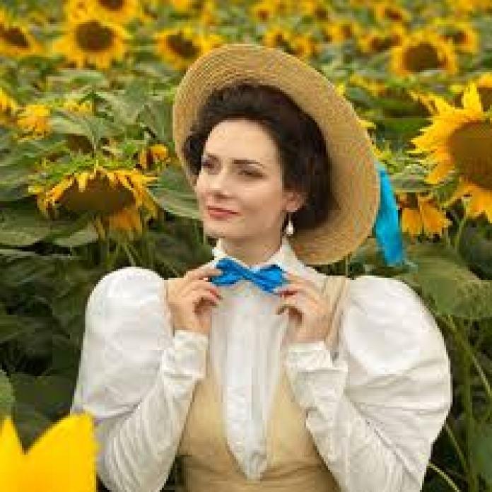 有一名烏克蘭女網紅就喜愛當時的裝扮,每天都穿著那個時代的服裝,如同古典美人般吸引目光(Mila Povoroznyuk/tiktok)