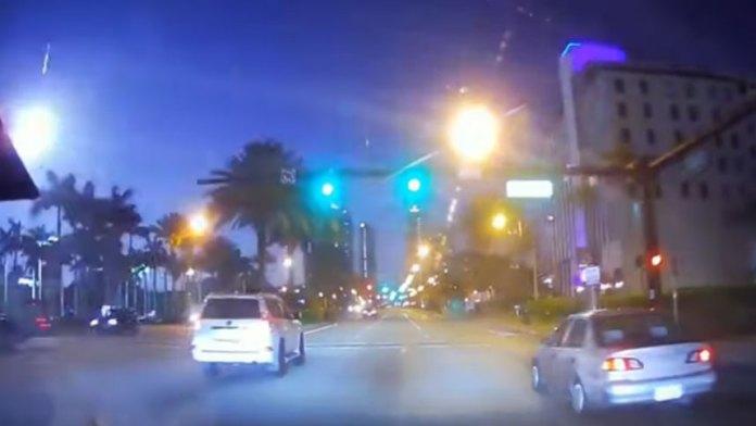 闪电流星照亮南佛罗里达州 (视频截图)