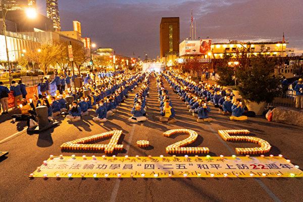 """4月18日晚部分大纽约地区大法弟子在曼哈顿中使馆前举行烛光夜悼活动,纪念""""四二五""""22周年并揭露中共对法轮功的迫害。(戴兵/大纪元)"""