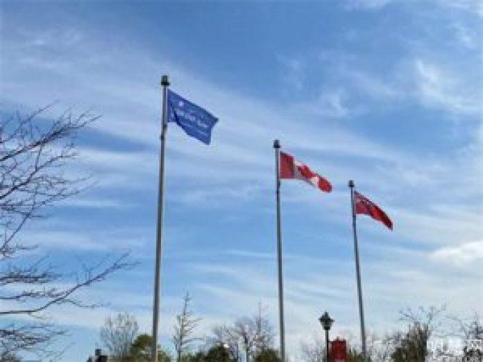 圖1~2:二零二一年五月七日上午,世界著名景點尼亞加拉瀑布市政廳前升起「世界法輪大法日」旗幟。