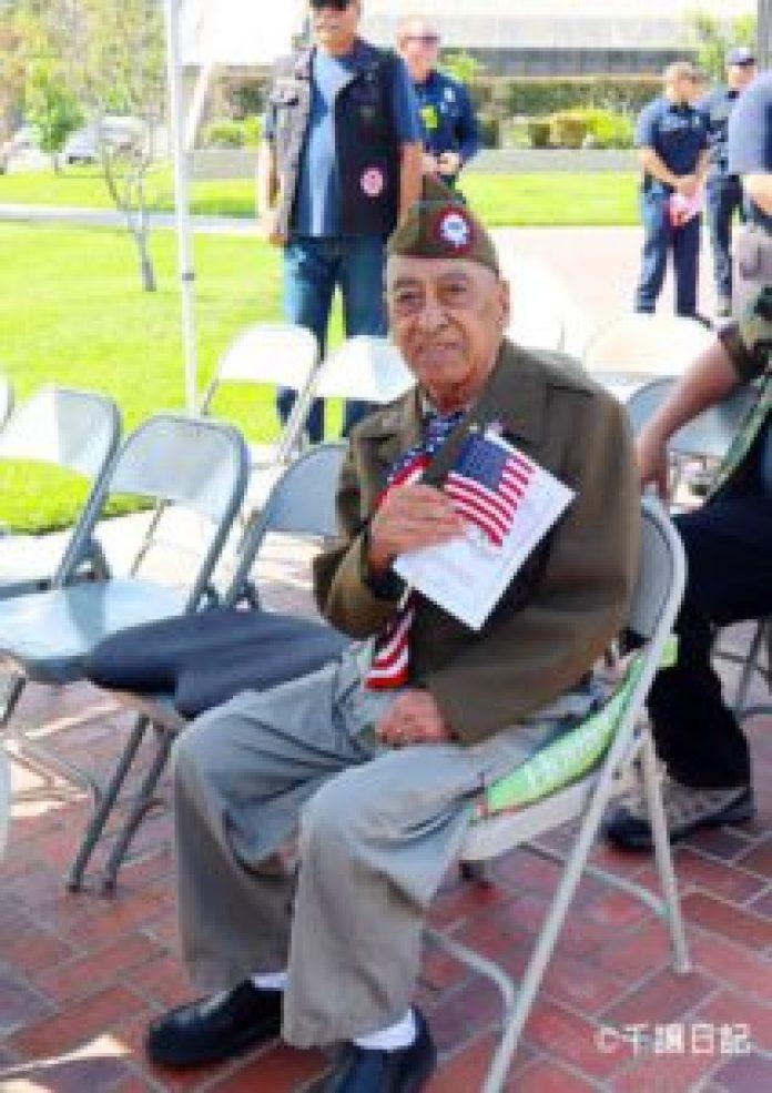 (圖:老兵Rudy Zamorano出席了2018年5月28日國殤日在Monterey Park市政廳前的紀念活動。)