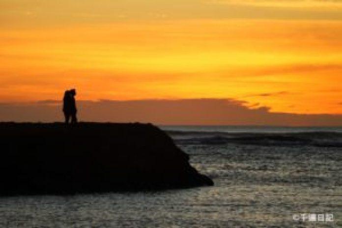 (圖:拍攝於2020年1月30日,一對年輕人面朝大海,觀海聽濤,人生旅途似乎剛剛開始。)
