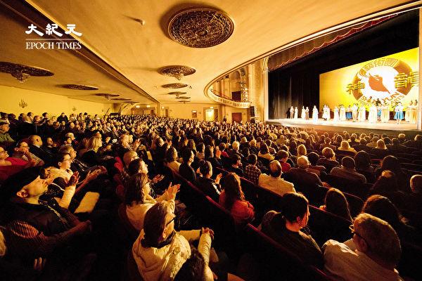 图为2018年3月4日美国神韵北美艺术团在美国康州斯坦福派雷斯剧院(Palace Theater)演出,倾倒全场观众。(戴兵/大纪元)