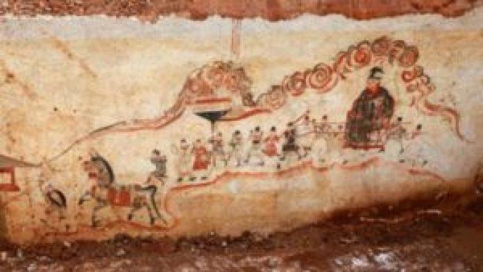 2014年10月14日,湖南省娄底市万宝镇群益村出土的古墓墙上发现人物画。[摄影:郭国权/Asianewsphoto]