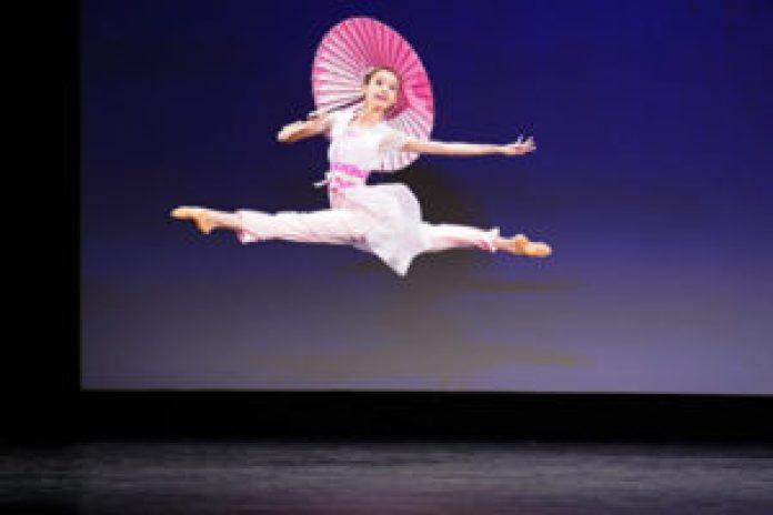 """2021年9月4日,第九届新唐人电视台""""全世界中国古典舞大赛""""复赛在美国纽约举行。图为少年女子组参赛选手黄悦表演舞蹈《初春细雨》。(戴兵/大纪元)"""