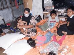 SITI Nadia (kiri) bersama anaknya mendapat perhatian ramai sejak kisah kemiskinan mereka disiarkan.