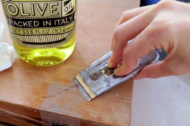 Как отодрать скотч от металла. Как удалить следы от скотча, не повредим поверхность? Чем убрать грязные следы скотча с одежды