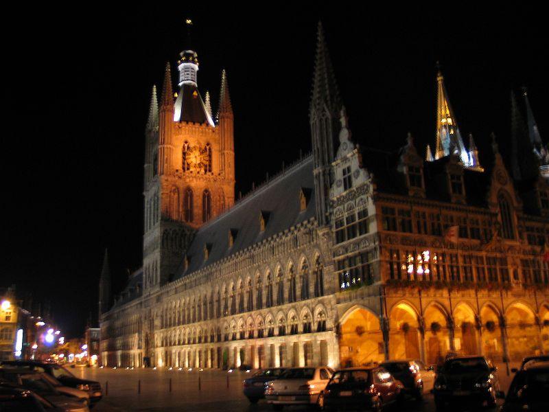 https://i2.wp.com/upload.wikimedia.org/wikipedia/commons/0/01/Belgie_ieper_lakenhal_nacht.jpg