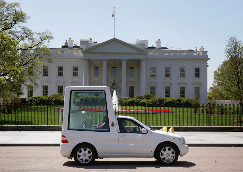 File:Popemobile passes the White House.jpg