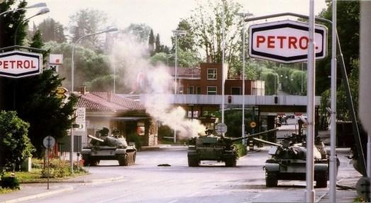 Teritorialci so z armbrustom zadeli tank v križišču pred MMP Rožna Dolina..jpg