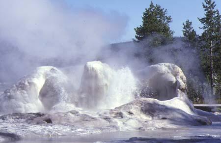 Ficheiro:Yellowstone Geyser Grotto10.jpg