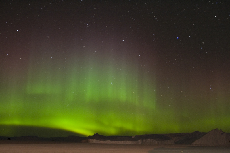 https://i2.wp.com/upload.wikimedia.org/wikipedia/commons/0/07/Aurore_australe_-_Aurora_australis.jpg